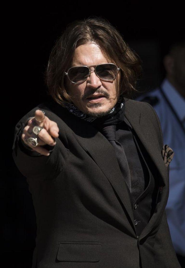 El actor estadounidense Johnny Depp llega a los Tribunales Reales de Justicia en Londres, Gran Bretaña, el 22 de julio de 2020. Johnny Depp está demandando al editor del periódico The Sun News Group Newspapers (NGN) por afirmaciones de que abusó de su ex esposa Amber Heard. (Reino Unido, Londres) EFE / EPA / NEIL HALL